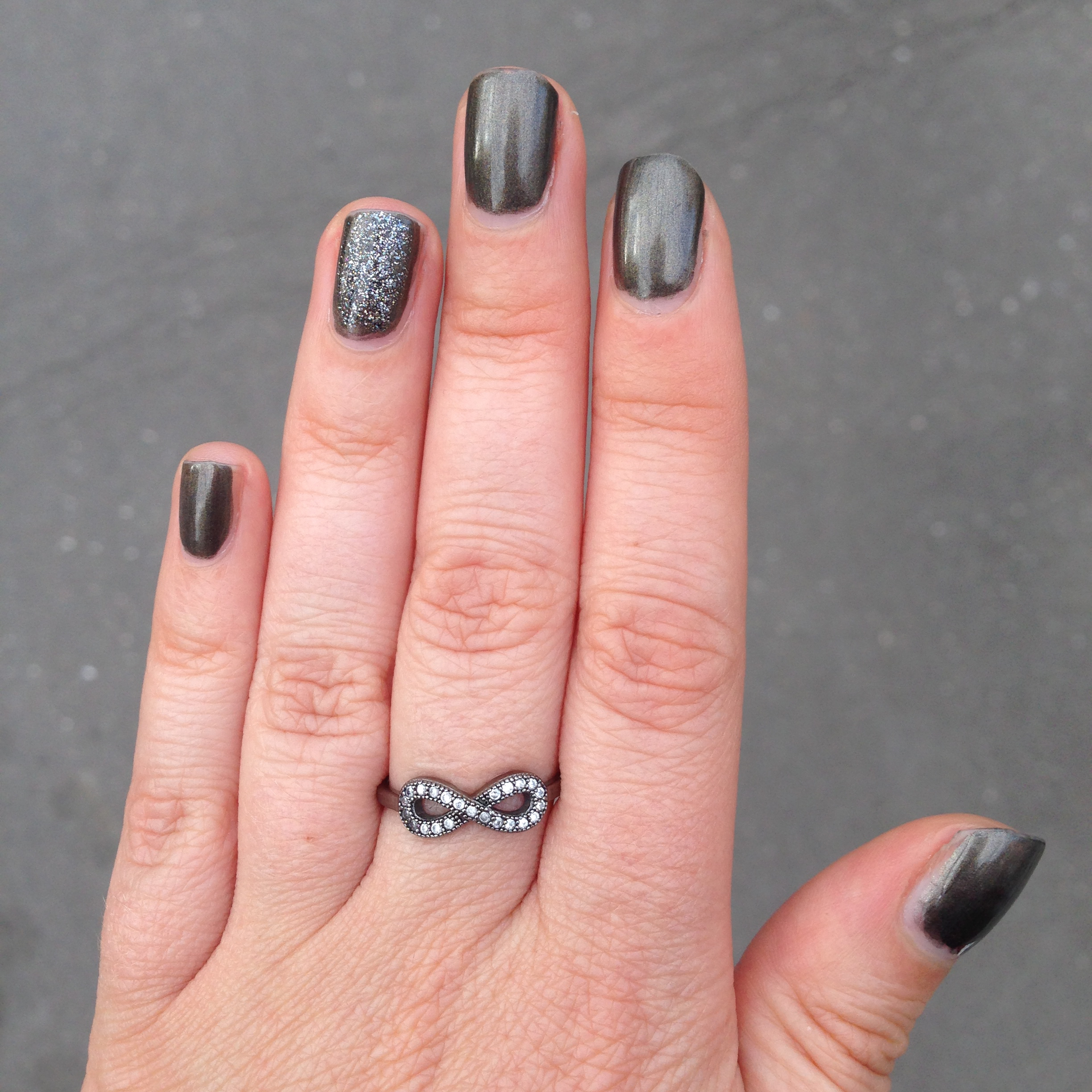 Vernis Avril acier nacré et accent bail Essie Ignite the night J+5